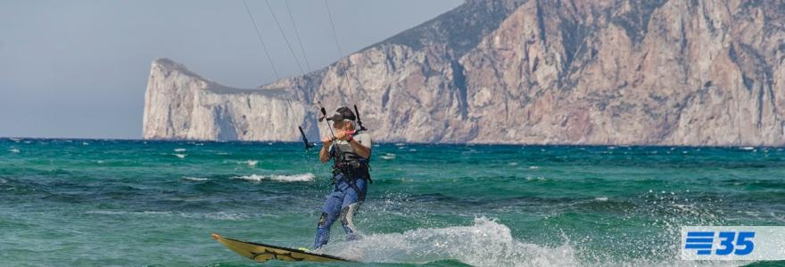Bejaarde kitesurfer