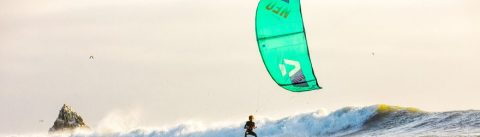An einem sonnigen Tag Kitesurfen mit dem groms - 35 KNOTS