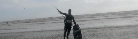 Zonnige dag kitesurfen